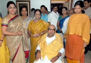 கருணாநிதி-2010-கொண்டாட்டம்-குஷ்பு