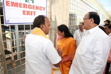 Nov.2012, Kanimozhi at Tirumala- viwing queue-2