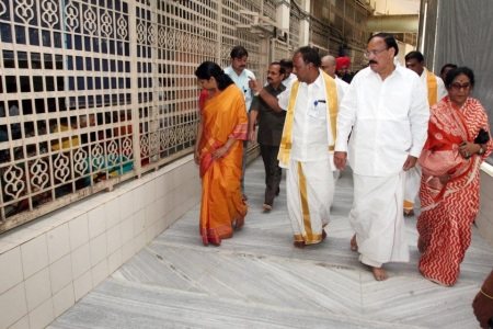 Nov.2012, Kanimozhi at Tirumala- viwing queue
